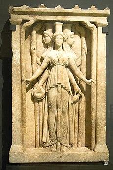 La imagen tiene un atributo ALT vacío; su nombre de archivo es 230px-relief_triplicate_hekate_marble_hadrian_clasicism_prague_kinsky_nm-h10_4742_140995.jpg